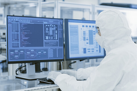 semiconductor-lab-techn-at-computer